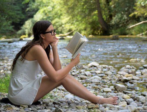 une femme qui lit un livre d'occasion